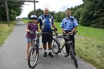 Městští strážníci dohlížejí na bezpečnost cyklistů.