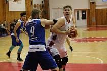 KLATOVY SLAVILY DOUBLE. Basketbalisté Domažlic klesli po dvou porážkách od Klatov na třetí příčku tabulky.