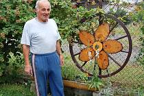 Jaroslav Šídlo je i domácím kutilem. Na jeho zahrádce se nachází celá řada dřevěných okrasných výrobků