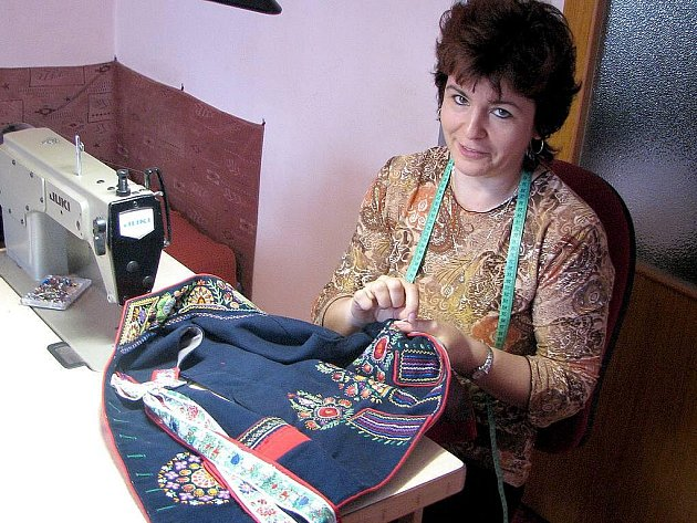 MARIE KOPECKÁ z Luženic stráví nad výšivkou chodské mužské vesty většinu večerů. Kroje se naučila šít před dvanácti lety, díky své mamince