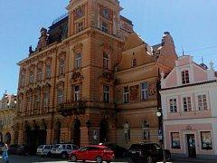 NOVORENESANČNÍ RADNICE je dominantou historického náměstí v Domažlicích.