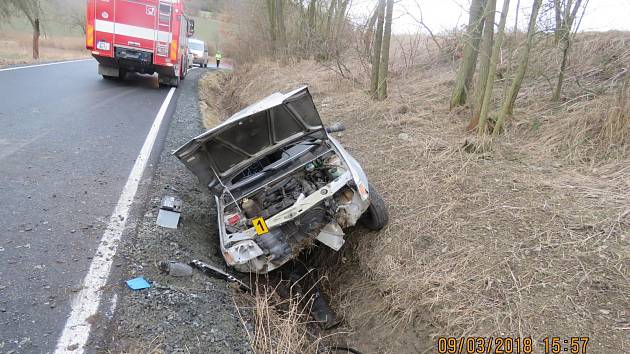 ŘIDIČKA NEZVLÁDLA jízdu po silnici III. třídy u Horní Kamenice, kde skončila v příkopu a způsobila škodu za 10 tisíc.