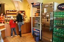 Automat na syrové mléko v Chodské pekárně v Domažlicích.