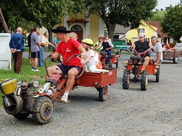 Radonice v sobotu ovládly dvoukolové traktůrky s říditky a jejich recesistický závod Terra Cup