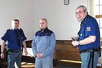 U SOUDU. Obžalovaného Jiřího Voigta přivezla k soudu eskorta. V současnosti ´bydlí´ ve věznici v Drahovicích.