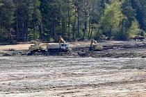 POSLEDNÍ TUNY BAHNA. Z přírodního koupaliště vyvážejí nákladní auta sediment. Změn doznala i hráz.