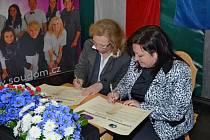 Podpis pod společné prohlášení připojily ředitelky obou škol Zdeňka Buršíková (vpravo) a Elisabeth Fäth-Marxreiter