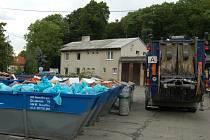 PONDĚLÍ NA DVOŘE TECHNICKÝCH SLUŽEB.  Odpady z víkendových Chodských slavností  pracovníci přetřídí a zbytek odvezou na skládku do Lazců