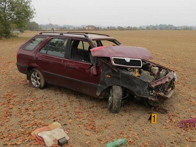 Řidič posilněný alkoholem takto skončil v poli.
