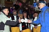 ZAMYKÁNÍ ČESKÉ STUDÁNKY. Za zpěvu Haltravanu studánku uzamkli a její vodou si připili Walter Spieß (vlevo) a Petr Matějka.
