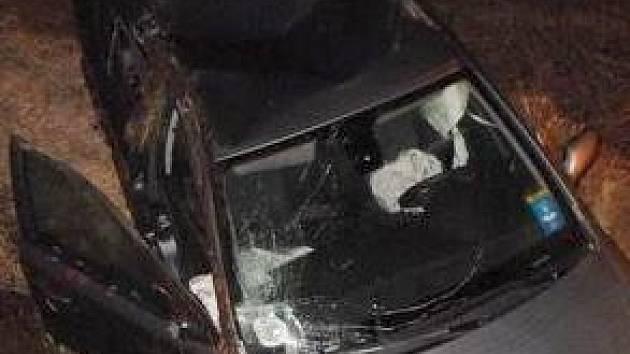 Nehoda u odbočky na Trhanov skončila zraněním řidiče. Foto: Luboš Mleziva