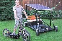 JAROMÍR MÄRZ z Kouta na Šumavě se svým solárním automobilem a elektrokoloběžkou.