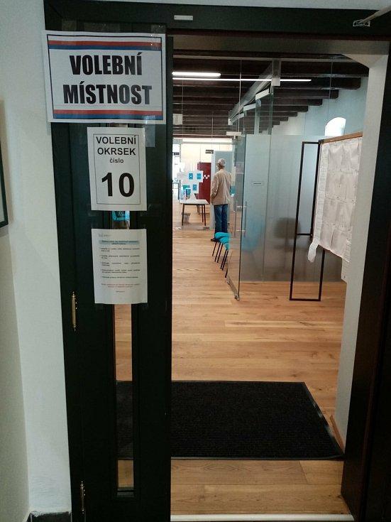 Volební místnost v komunitním centru v budově pivovaru. Foto: Eliška Urbanová