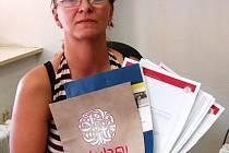 Lidi ve svém okolí chce varovat Romana Kůsová. Veškeré dokumenty, které drží v ruce, jsou jí k ničemu.  Mohla by to tušit, pokud by na internet, stejně jako my, zadala heslo:  Úvěrové podvody