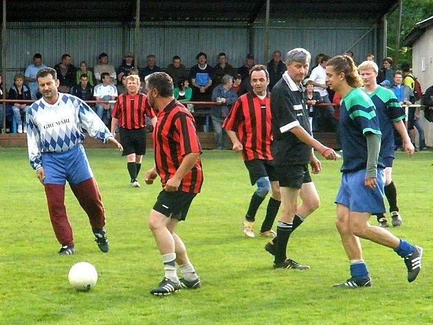 Ondřej Vetchý (zcela vlevo) dokazoval, že fotbal je jedním z jeho koníčků.