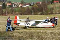 Německý plachtař by se bez pomoci do vzduchu nedostal.