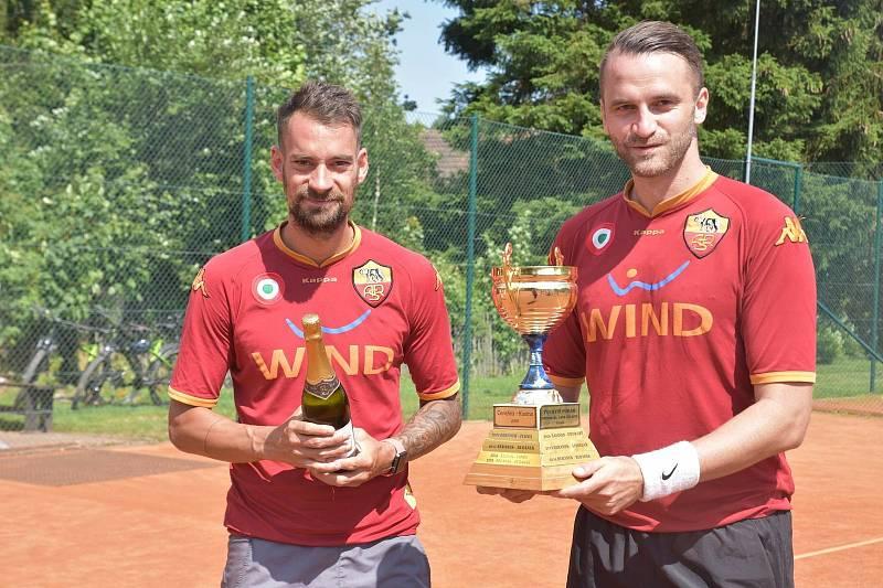 Tenisový Memoriál Jana Šturmy ml. 2020 na Babyloně - vítězové (zleva) Petr Mužík a Marek Bauer.