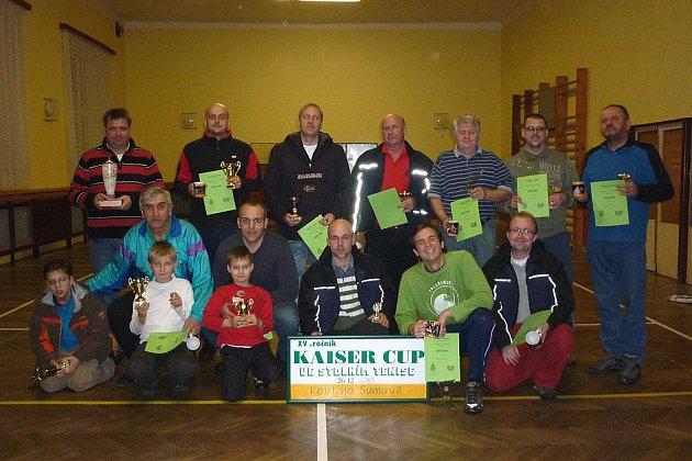 Společný snímek účastníků tradičního rodinného klání Kaiser Cup ve stolním tenise.