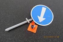 Škoda na dopravním značení byla vyčíslena na pět tisíc korun.