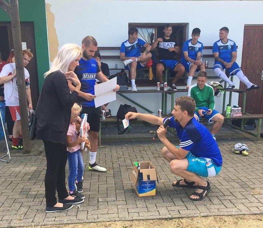 Soccer Cup 2020: Předání šeku a hraček mamince malé Sofinky.