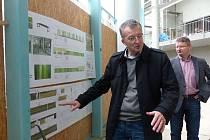 MARKUS ACKERMANN, starosta Waldmünchenu (vlevo), představil společně s ředitelem tamních městských služeb Stefanem Höcherlem přestavbu tamního zařízení Aqua fit nejen novinářům, ale později i ostatním příchozím při Dni otevřených dveří na stavbě.