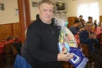 Na valné hromadě FK Holýšov došlo i na předání daru pro jubilanta Jaroslava Teršla st.