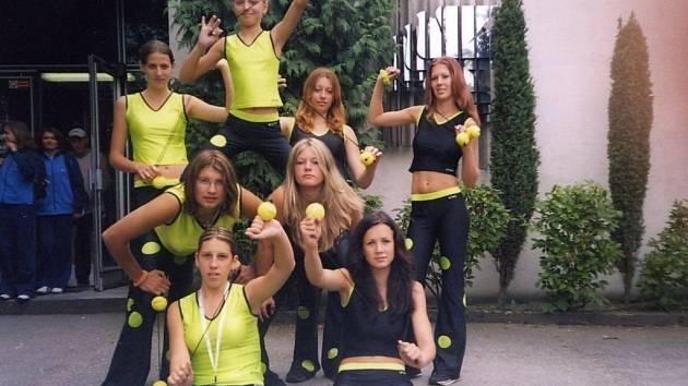 Pilně nacvičenou sestavou reprezentovaly dívky z osvračínského Sokola náš okres na sportovním festivalu v Olomouci.