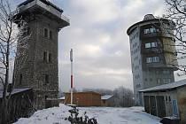 Kurzova věž (vlevo) a vojenská betonová věž.