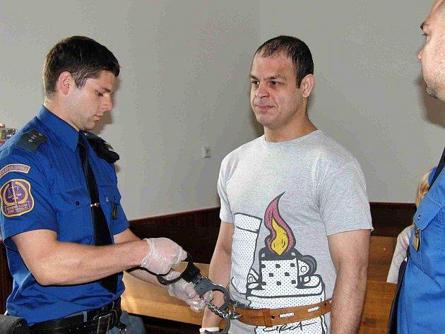 Soud s lupičem Martinem Žigmundem. Nositele viru hepatitidy C přivezla z vazební věznice eskorta, při manipulaci s pouty používala vězeňská stráž rukavice.
