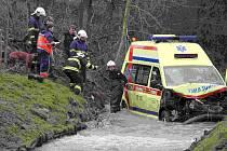 Havarovaná sanitka zůstala po srážce v potoce, kam začaly unikat provozní kapaliny