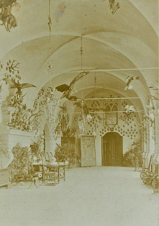 Lovecké trofeje v lodžii zámku a hradu v Horšovském Týně.  Foto: archiv výstavy