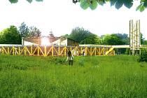 Z BÝVALÉ ROTY POHRANIČNÍ STRÁŽE v místech zaniklé vesnice Václav má vyrůst hotel. Protože se má stavět na území CHKO Český les, do příprav mluví ochránci přírody. Na snímku je zákres navrhovaného objektu ze studie architekta Davida Krause.