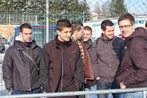 Petr Mužík (zcela vlevo) se vrátil z testu v 1. FK Příbram a jako divák přihlížel sobotnímu přátelskému zápasu Jiskry Domažlice.