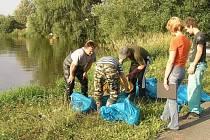 Na břehu rybníku u Zámělíče likvidovali dnes v podvečer rybáři spolu s hasiči uhynulé ryby. Do rybníku zřejmě vnikla močůvka, bylo prokázáno zvýšení obsahu čpavku v jeho vodě.
