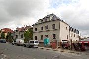 SOUSEDNÍ DŮM (vlevo) nabídl městu ke koupi jeho plzeňský majitel za 5 milionů korun. Domažličtí zastupitelé se záměrem souhlasí.