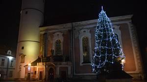 Vánoční strom v Domažlicích už svítí.