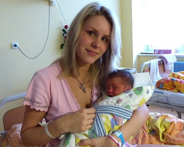 Prvním miminkem narozeným na Štědrý den v domažlické porodnici byl Vít Brei, jehož drží maminka Lucia Urbáneková.