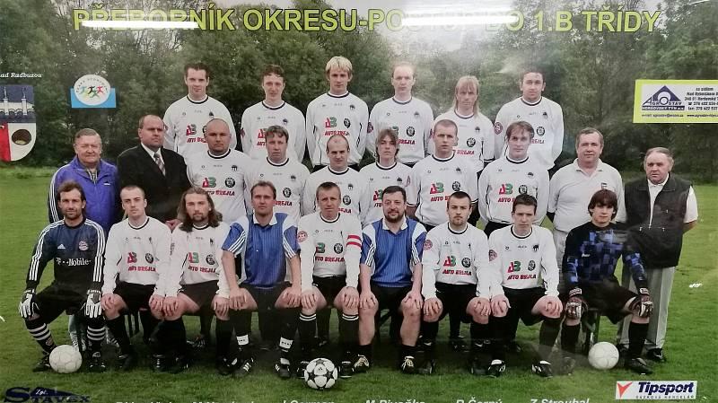 Fotbalový tým Startu Bělá nad Radbuzou, který v sezoně 2003-2004 vykopal postup do I. B třídy.