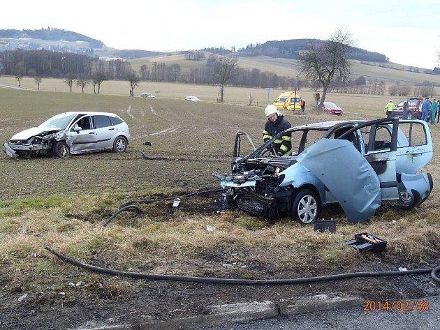 Z místa sobotní nehody, při níž vyhořelo auto.