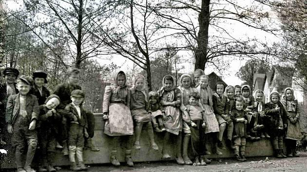 PAMÁTNÁ FOTOGRAFIE ZE DNŮ OSVOBOZENÍ. Pasečnické děti u rybníka v r. 1945.