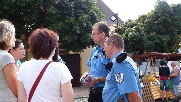 DOHLED. V sobotu jsme v ulicích města potkali nejen velitele MP Petra Kubala, ale i jeho podřízené s pracovnicemi MěÚ Domažlice při kontrolách stánků.
