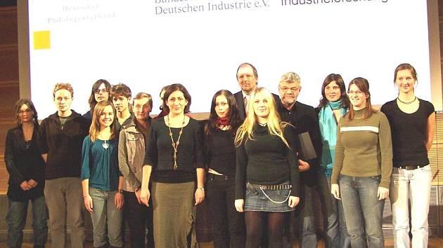 Gymnazisté z Regensburgu a Domažlic společně se svými pedagogy nastoupili k převzetí prestižního ocenění. Foto: Jan Pek