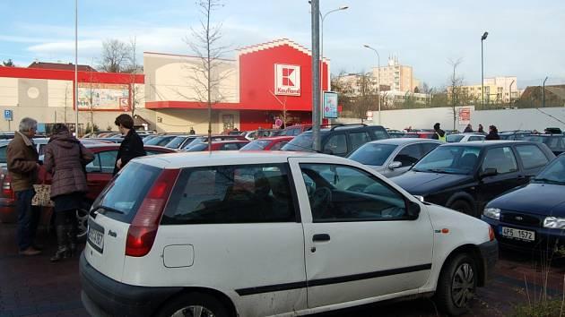 Najít místo k zaparkování u domažlického Kauflandu bylo během víkendových dnů v exponovaných hodinách velkým problémem.