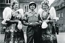 Před časem Deník zveřejnil fotografii z května 1945 z domažlického náměstí s výzvou, zda někdo ze čtenářů nezná identitu děvčat v chodských krojích, které tehdy vítaly příslušníky americké armády.