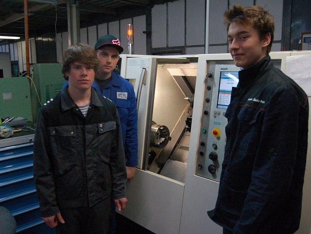 STANISLAV BEISBIER, MAREK GABRIEL a LEOŠ KUŽEL (zleva) navštěvují v domažlickém učilišti třetí ročník oboru Obráběč kovů. Díky praxi ve firmách získávají i  přehled o možnostech uplatnění na pracovním trhu v budoucnu.