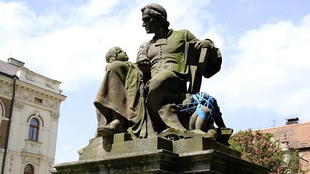 Poničená socha v Příhodově parku.