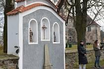 Kapličku v Poběžovicích zdobí sochy.