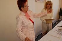 Losování čísel volebních stran provedly Marie Buršíková a Dagmar Murínová.
