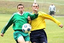 Fotbalista Sokola Krchleby Martin Koriťák se v souboji se soupeřem z Nýřan nezalekl ani pěsti.