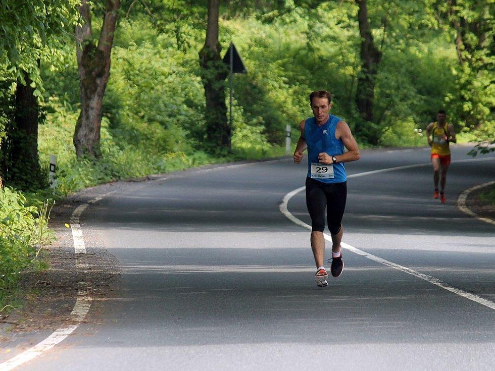 Běh na Čerchov vyhrál Petr Kamic, který měl malý náskok na Martina Freie už na Výhledech.